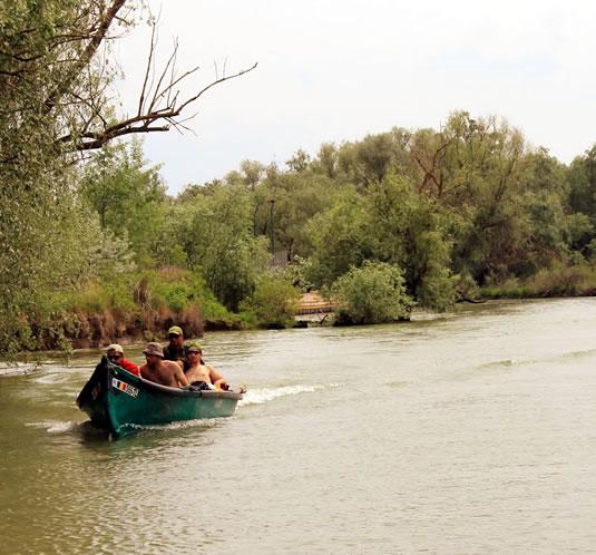 Turisti cu barca pe canal