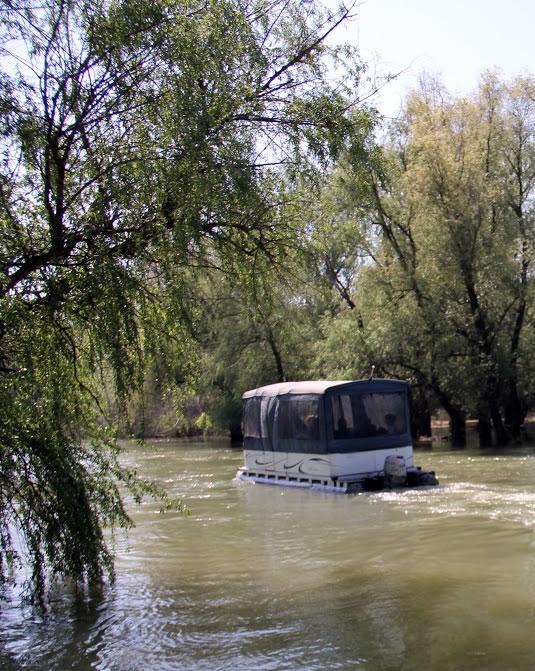 Catamaran pe canale in  Delta Dunarii