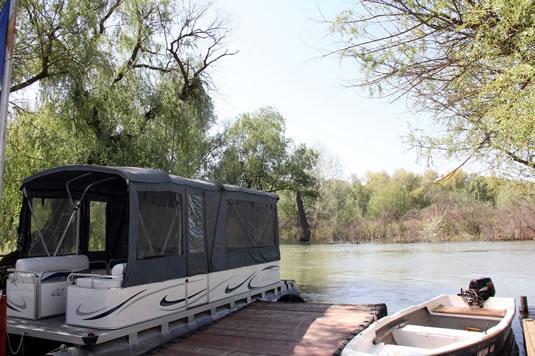 Catamaran si barca cu motor la pontonul pensiunii